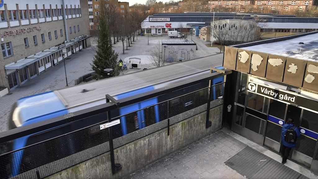 Tunnelbanestation Vårby gård.