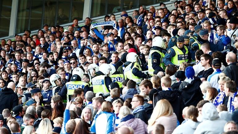 Poliser på en fotbollsmatch. Foto: Stefan Jerrevång/TT