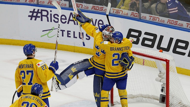 Sveriges spelare jublar efter segern mot USA i semifinalen.