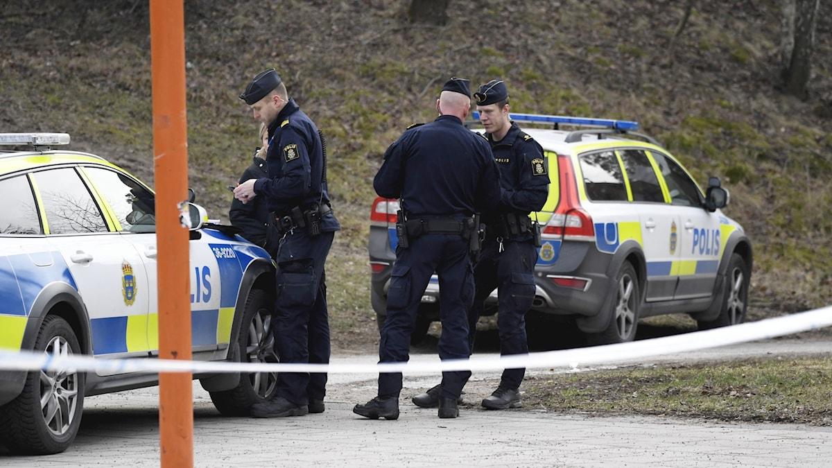 Polis på plats efter en skjutning i Vårby 2020.