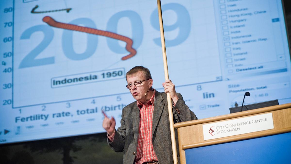 Hans Rosling håller en föreläsning.