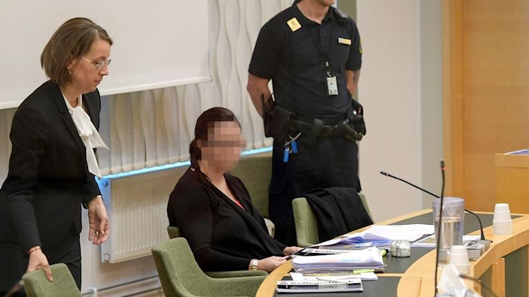 Den misstänkta 42-åriga kvinnan med sin försvarsadvokat i Västmanlands tingsrätt i Västerås.