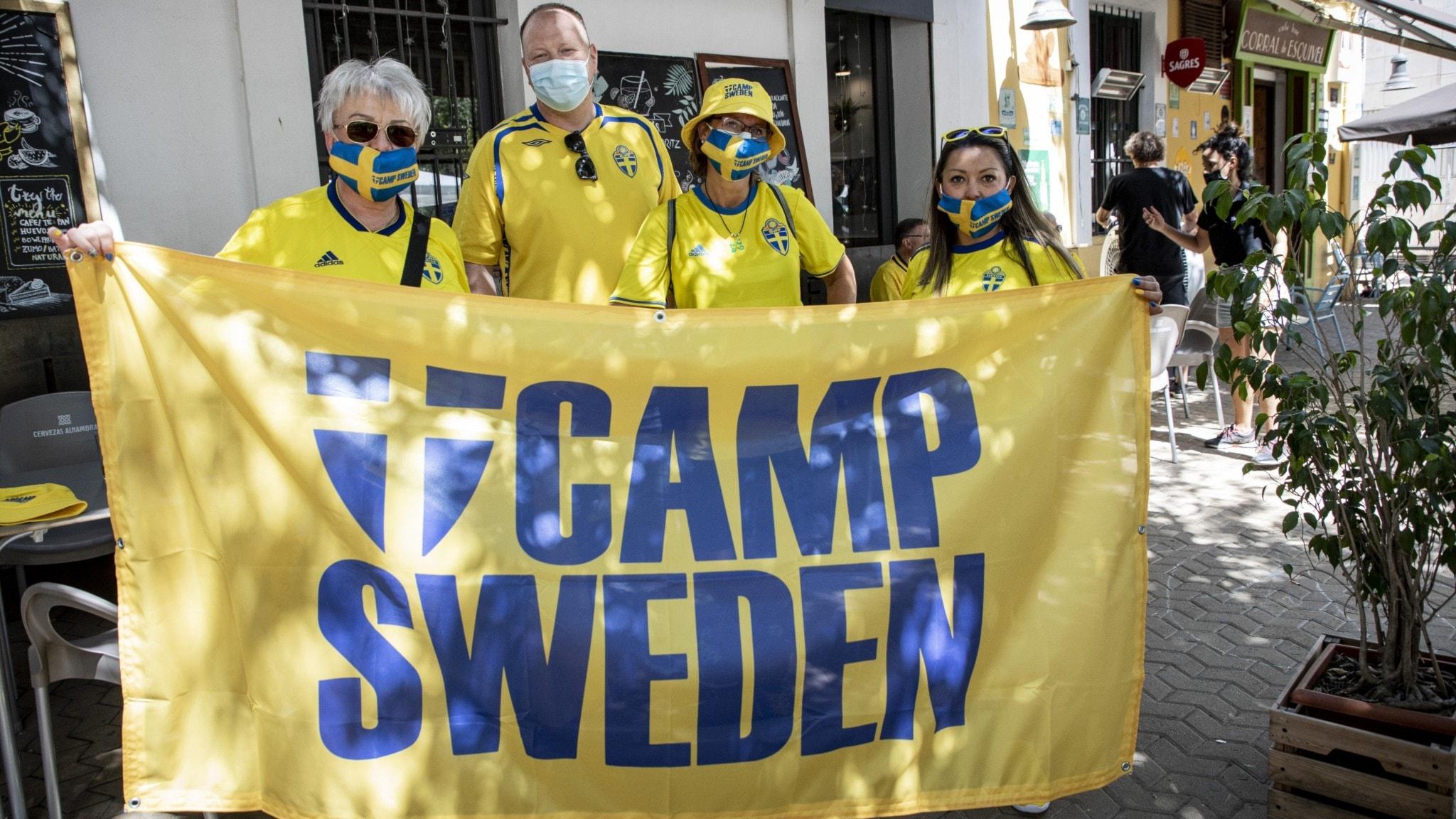 Svenska supportrar håller  upp en flagga där det står Camp Sweden.