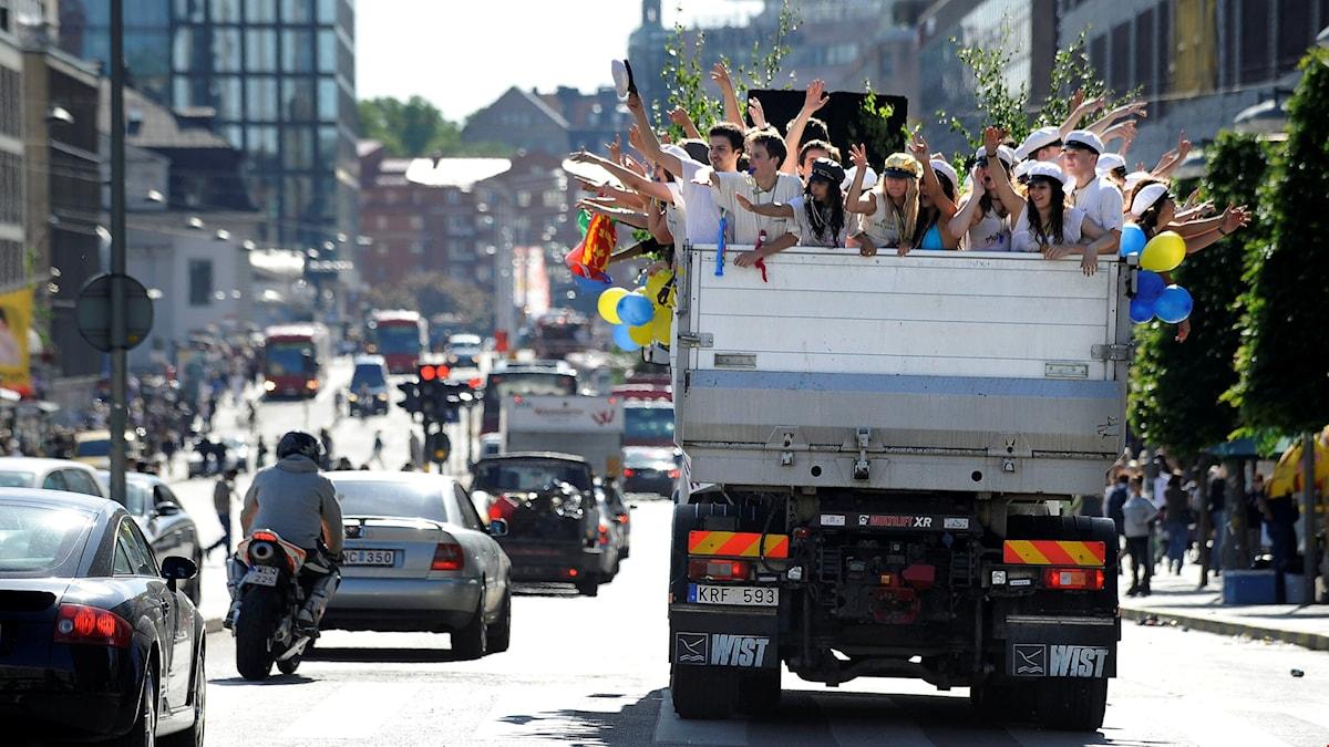 Studenter på ett lastbilsflak i centrala Stockholm.