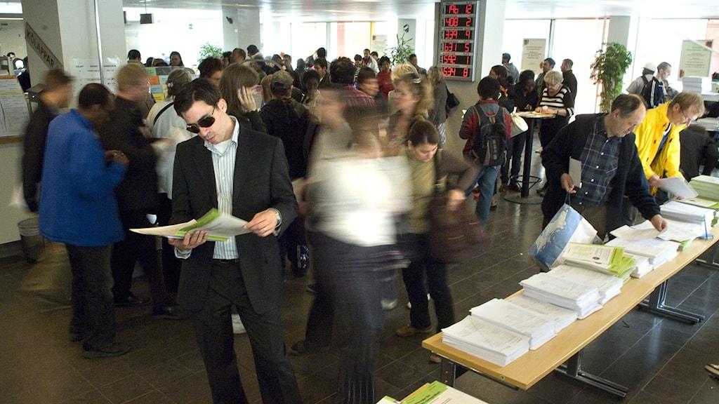 Bilden visar trängsel av människor på Skatteverkets kontor.