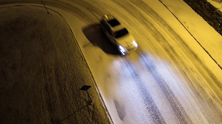 En bil åker på en snöig väg. Foto: Meek, Tore/TT