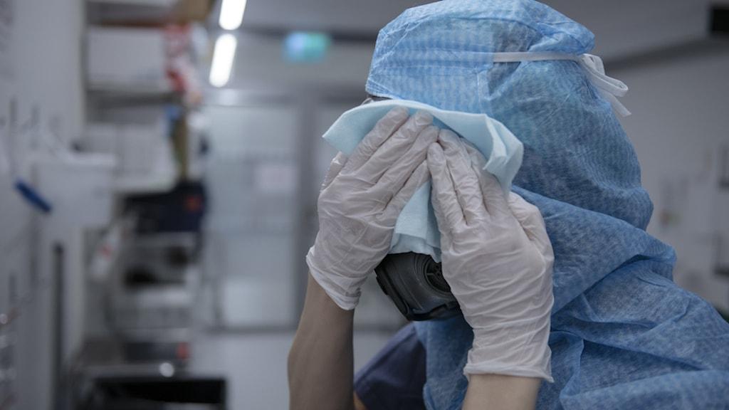 En sjuksköterska på IVA på Södertälje sjukhus.