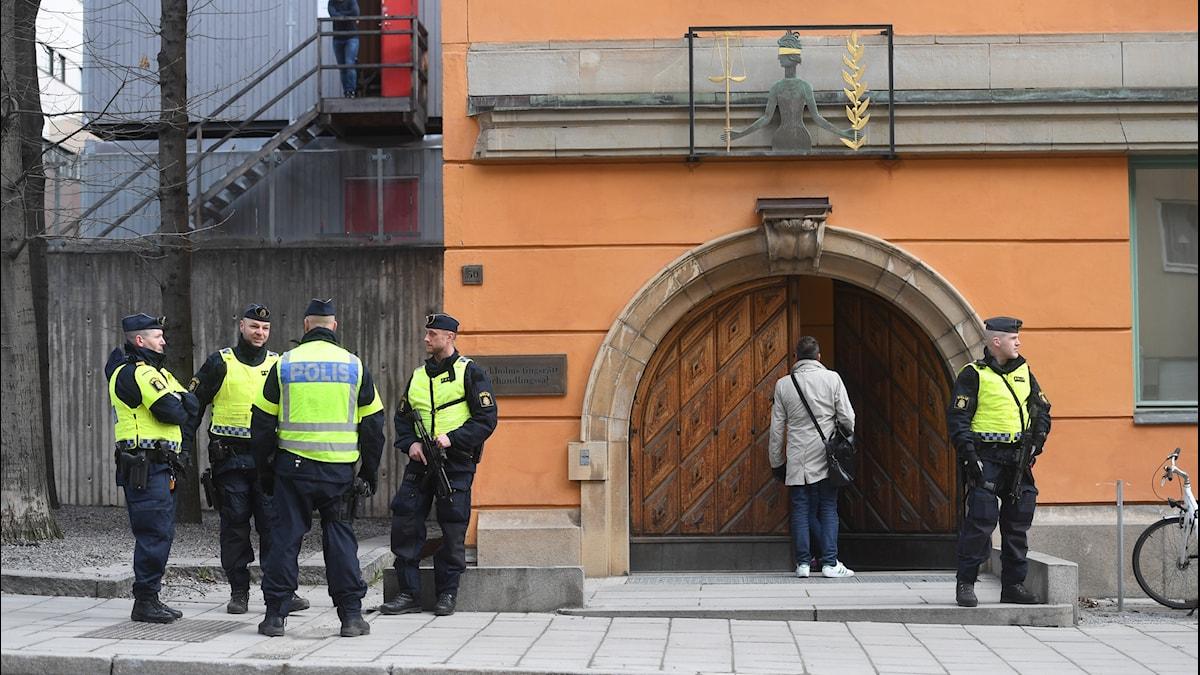 Poliser spärrar av Bergsgatan utanför säkerhetssalen vid Stockholms tingsrätt inför häktningsförhandlingen mot Rakhmat Akilov som misstänks för lastbilsdådet i Stockholm.
