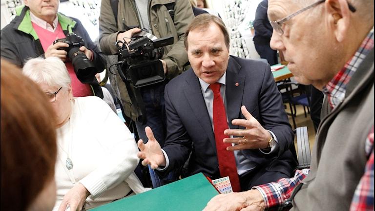 Statsminister Stefan Löfven (S) i samtal med kortspelande pensionärer i samband med att regeringen presenterar nya skattesänkningar för pensionärerna