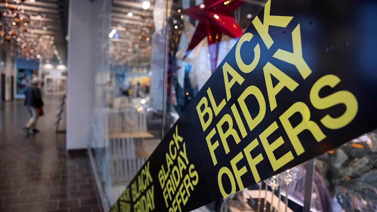 En skylt om Black Friday, i en galleria.