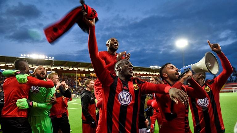 Östersunds tvåmålskytt Östersunds Saman Ghoddos (med megafon) firar med lagkamraterna efter segern i torsdagens kval till Europa League.