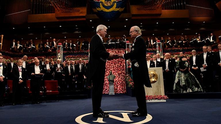 Ekonomipristagaren Bengt Holmström tar emot sitt pris, Ekonomipriset till Alfred Nobels minne, av kung Carl XVI Gustaf i Konserthuset i Stockholm på lördagen