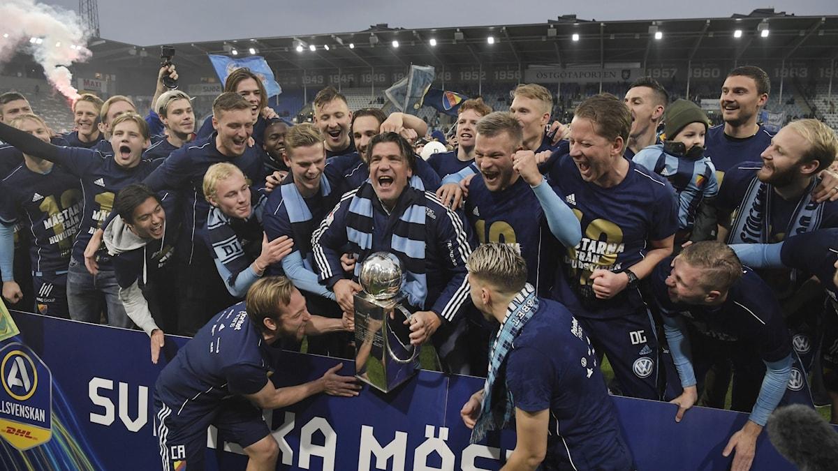 Djurgården firar att de är svenska mästare i fotboll.
