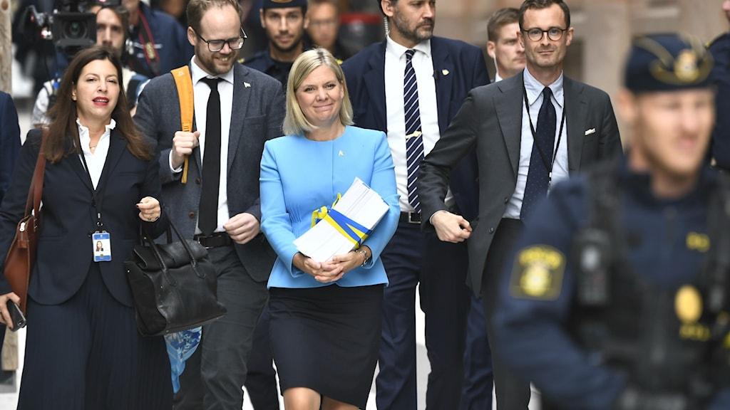 Finansminister Magdalena Andersson går med budgeten till riksdagen.