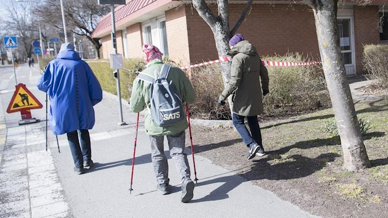 Pensionärer är ute och promenerar