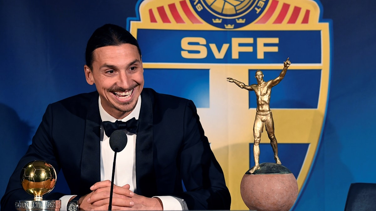 Zlatan Ibrahimovic med Guldbollen och en kopia av den staty som skall resas utanför Friends Arena talar under en presskonferens efter Fotbollsgalan.