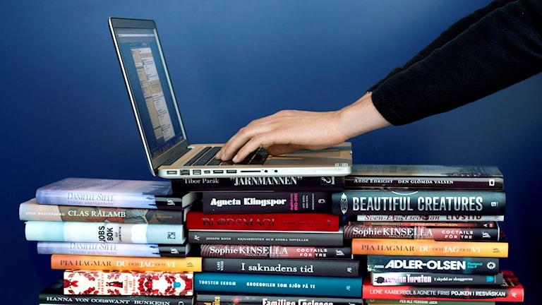 En dator på en trave böcker. Foto: Claudio Bresciani / TT