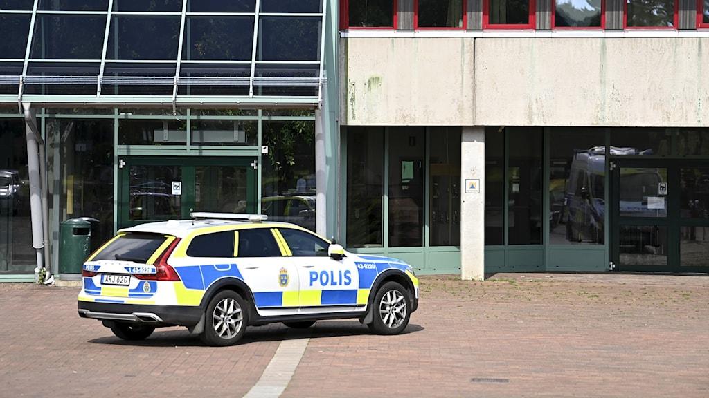 En polisbil utanför gymnasieskolan