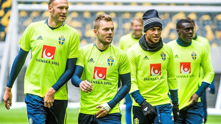 Spelarna Andreas Granqvist, Sebastian Larsson, Martin Olsson och Ken Sema tränar inför matchen mot Luxemburg.