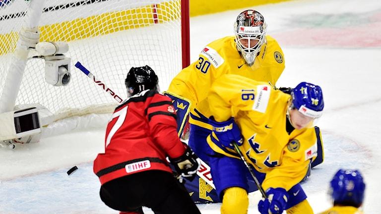 Kanadas Tyler Steenberger gör mål på Sveriges målvakt Filip Gustavsson.