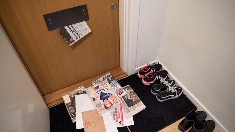 Post ligger på hallmattan nedanför brevinkastet.