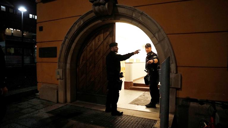 Poliser utanför Stockholms tingsrätt, där rättegången är.