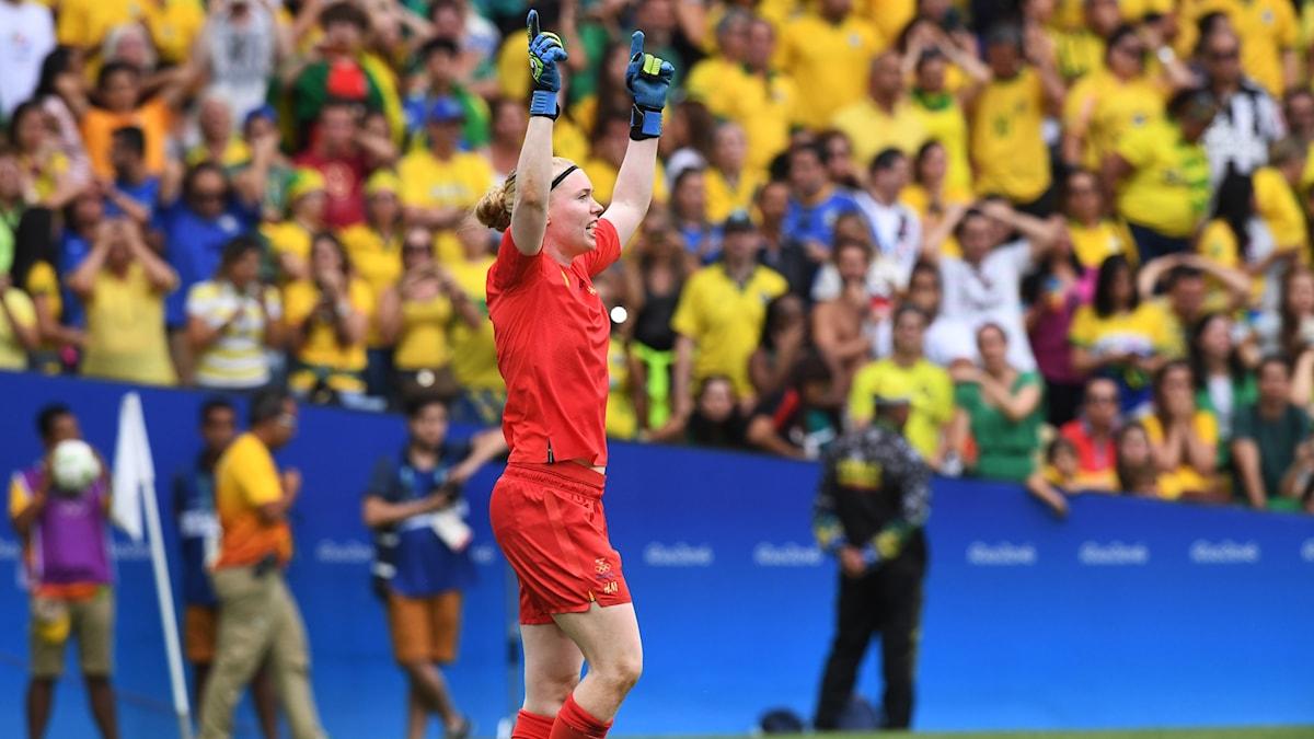 Sveriges målvakt Hedvig Lindahl lyfter armarna i luften