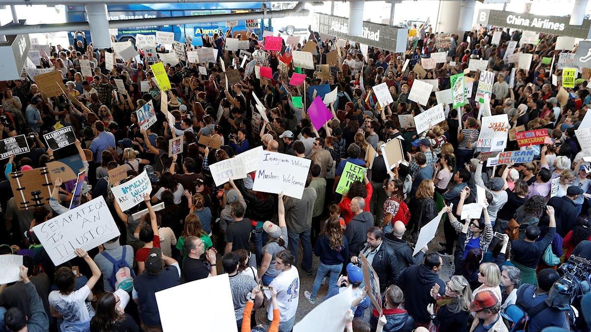 Demonstranter mot Trumps beslut, på Los Angeles International Airport.