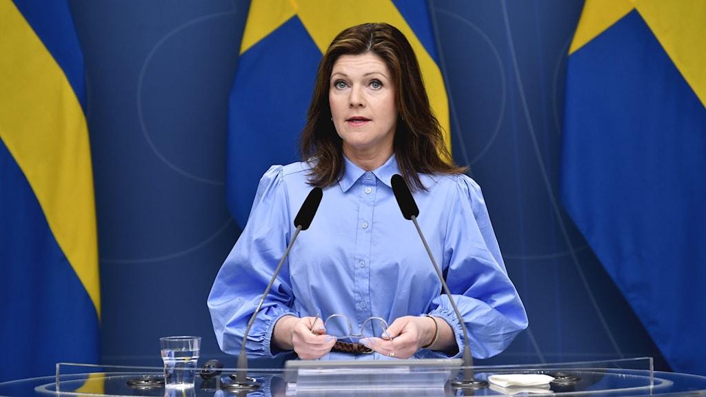 En bild på arbetsmarknadsministern Eva Nordmark, som har en pressträff.