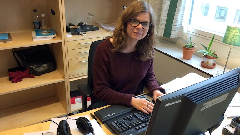 Radio Sweden på lätt svenskas programledare Ingrid Forsberg sitter framför datorn och arbetar. Foto: Maria Quistberg/Sveriges Radio.
