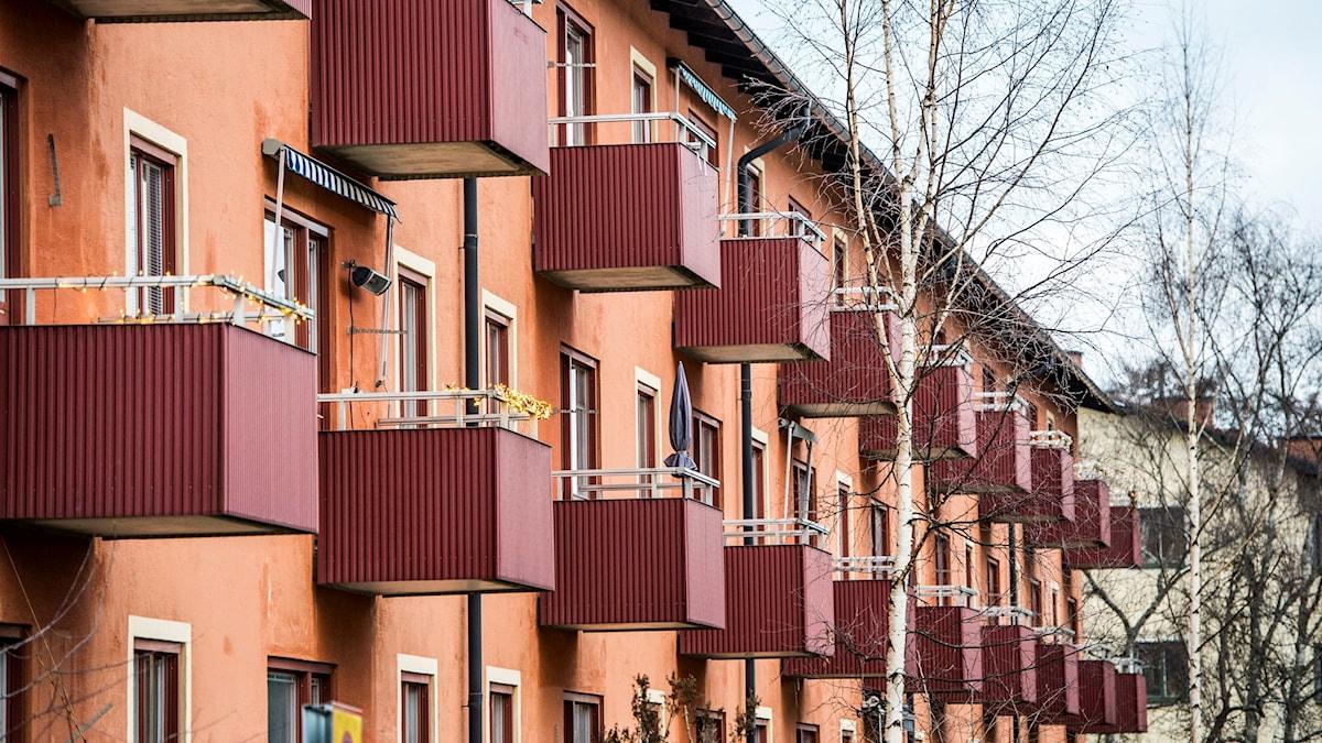 Balkonger på ett lägenhetshus.