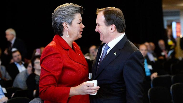 Ylva Johansson, arbetsmarknadsminister (S), och statsminister Stefan Löfven (S) står mittemot varandra och pratar och skrattar. Foto: Maja Suslin/TT