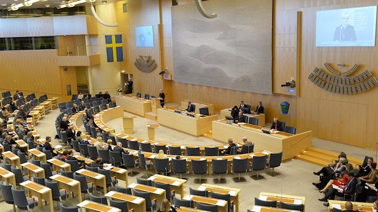 Utrikesminister Margot Wallström står i talarstolen i riksdagen.