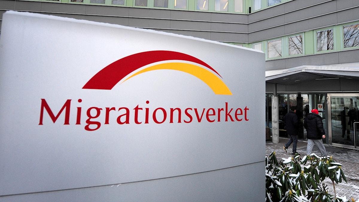 Skylt utanför Migrationsverkets lokaler i Solna.