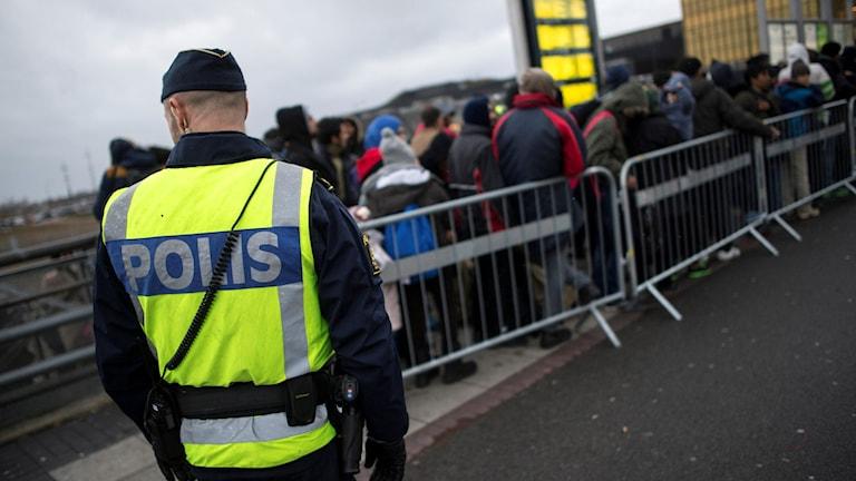 En polis vid gränskontrollen i Hyllie i Skåne.