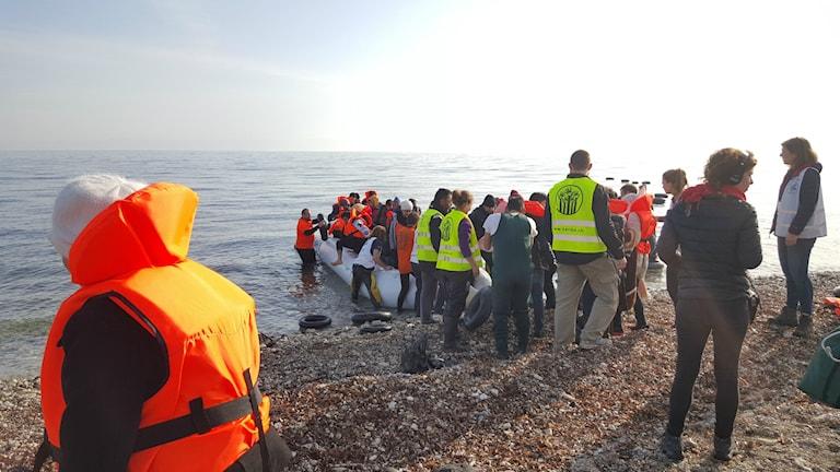 Flyktingar anländer till Lesbos på båtar.