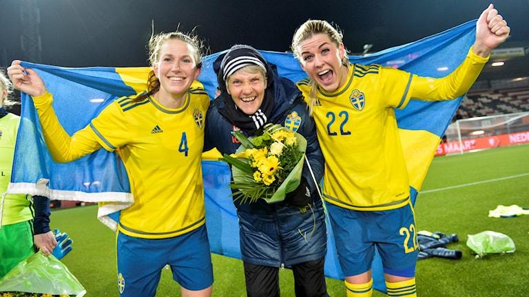 Emma Berglund, förbundskapten Pia Sundhage och Olivia Scough jublar efter OS-kvalmattchen mot Nederländerna.