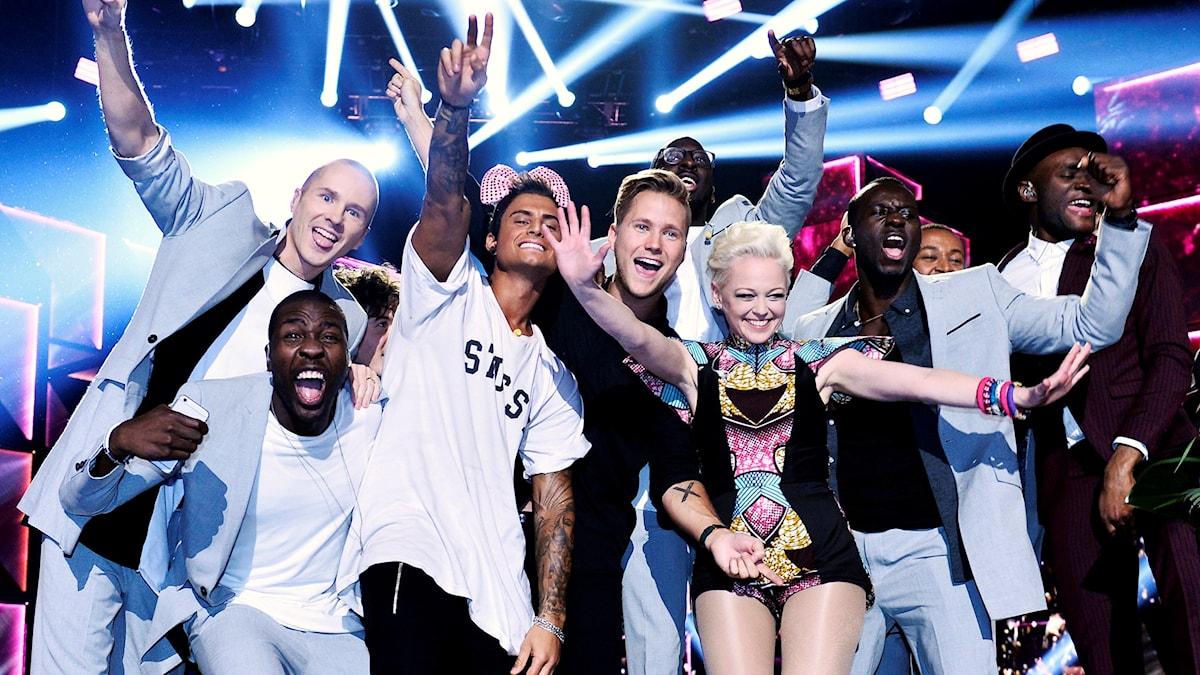 Artisterna som gick vidare från Andra chansen till Finalen jublar.