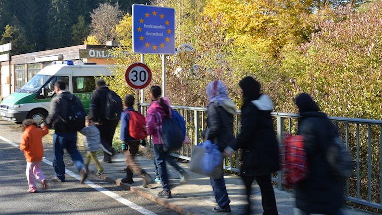 Flyktingar på väg in i Tyskland från Österrike.