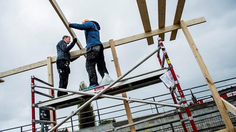 Byggnadsarbetare som arbetar