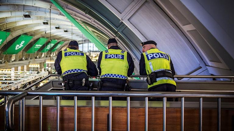 Poliser på Centralstationen i Stockholm.