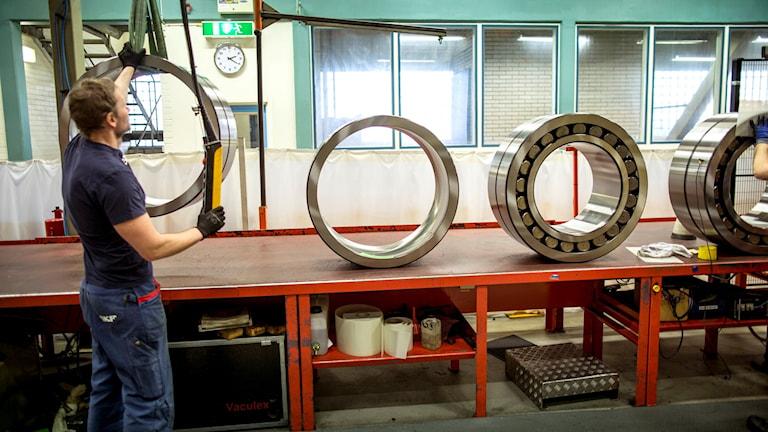 En man arbetar med att tillverka kullager vid SKF:s fabrik i Göteborg.