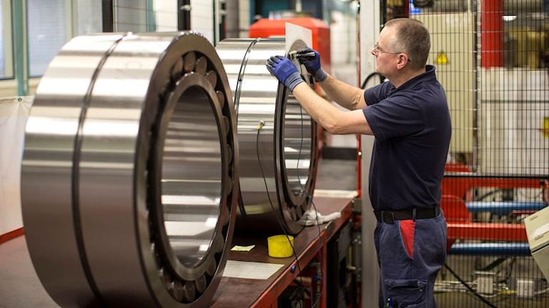 En man arbetar med att tillverka lager vid SKF:s fabrik i Göteborg.