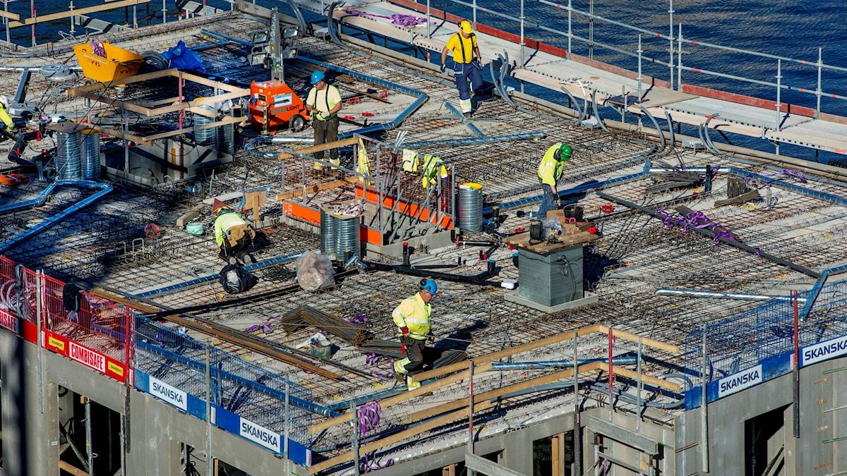 Byggarbetare på ett bygge av ett lägenhetshus vid Hammarby kaj