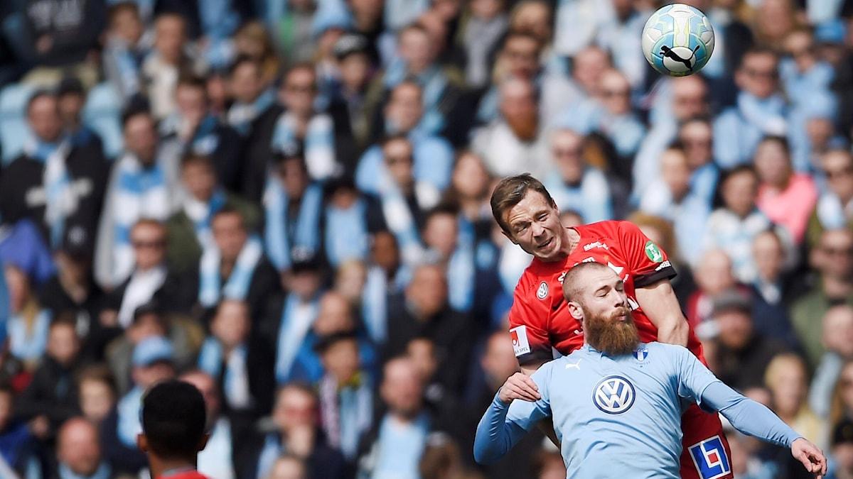 IFK Norrköpings Arnor Traustason i nickduell med Malmös Jo Inge Beret.