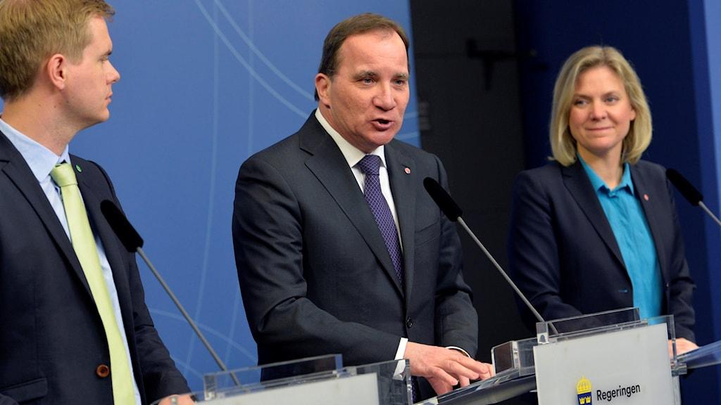 Utbildningsminister Gustav fridolin (MP), statsminister Stefan Löfven (S) och finansminister Magdalena Andersson (S).
