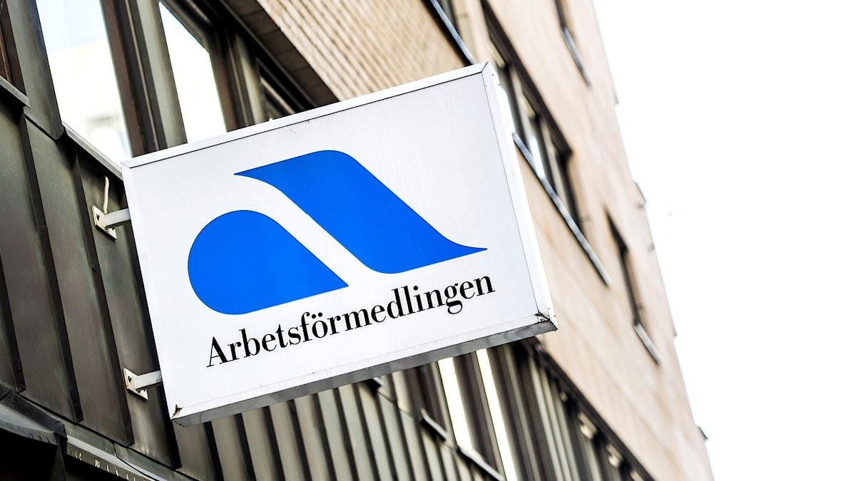 Skylt utanför Arbetsförmedlingen på Tunnelgatan i Stockholm.