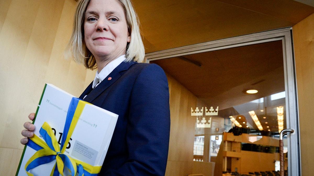 Finansminister Magdalena Andersson med budgeten i famnen.