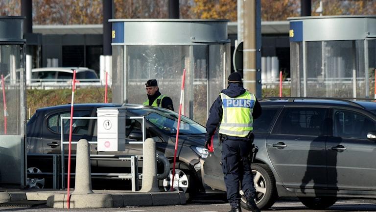 Polisen kontrollerar bilar vid gränsen på Öresundsbron.