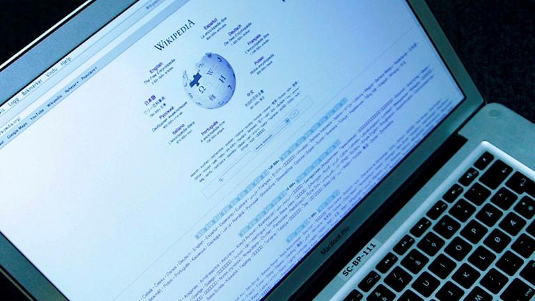 En datorskärm med Wikipedia på.